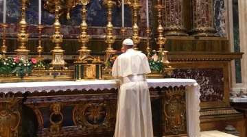 Papa Francisco encomienda a la Virgen su viaje a Colombia rezando en Santa María la Mayor