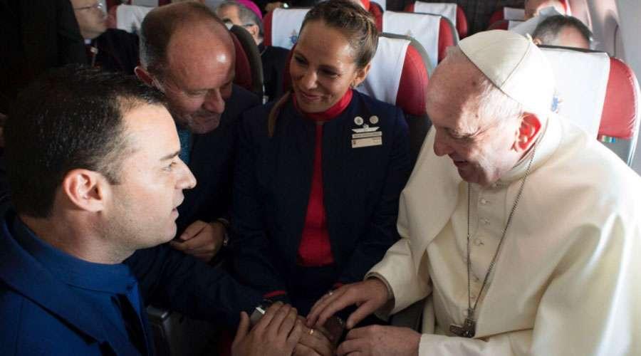 Este es el urgente motivo que llevó al Papa a celebrar matrimonio en vuelo