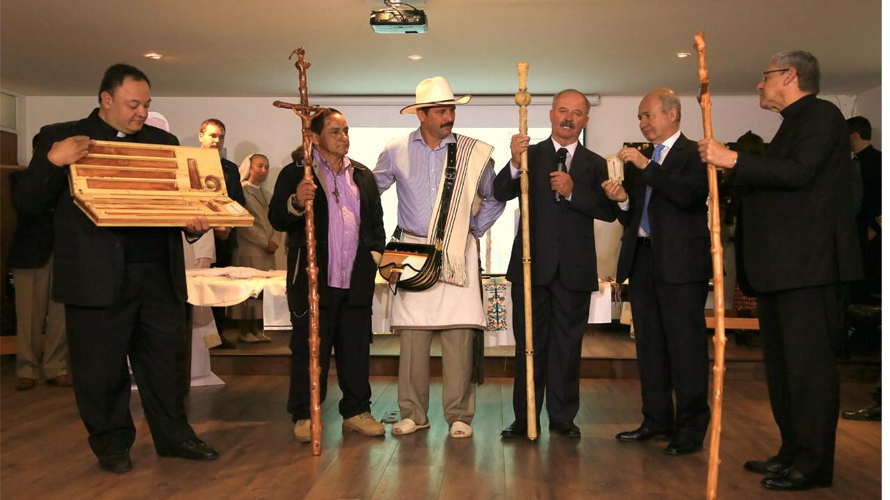Báculo de madera de café, uno de los regalos para el Papa Francisco en Medellín