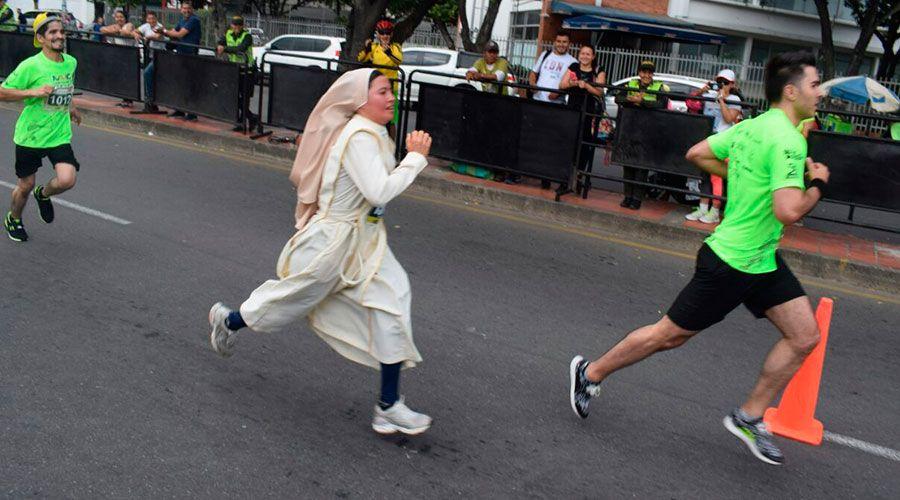 INCREÍBLE: ¡Monja corre maratón con su hábito!