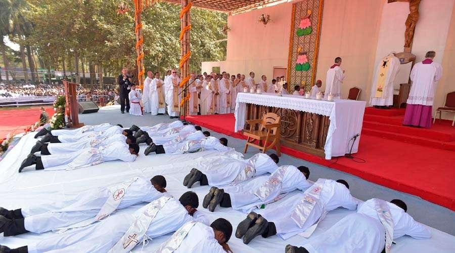 Misa de ordenación de 16 sacerdotes en Bangladesh papa francisco